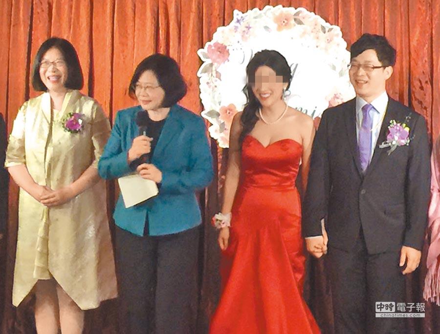 綠委管碧玲(左)女婿林子揚(右)受聘駐泰代表處諮議,因領薪13萬,其任用程序與資格引起外界討論。圖為2016年12月管碧玲女兒文定。(本報資料照片)