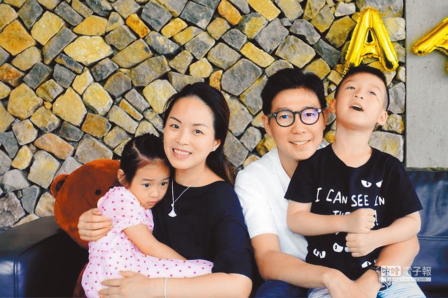 品冠(右二)和妻子Jennifer感情甜蜜,兩人育有一雙兒女。