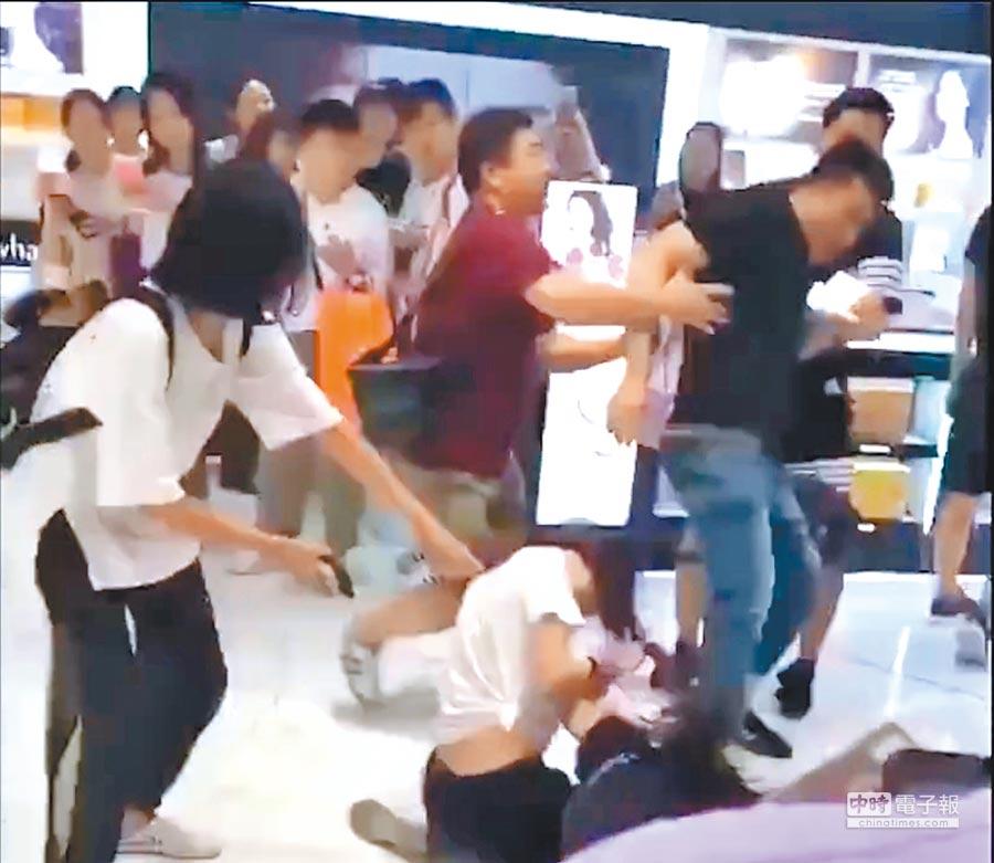 8月14日,大陸兩名代購業者,因搶購商品在南韓明洞樂天免稅店互毆,其中一名女子的丈夫還上前猛踩另一女子頭部。(截圖自梨視頻)