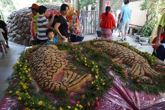 永安宮製作製作108斤重的雌雄鯉魚米糕酬神。(王文吉攝)