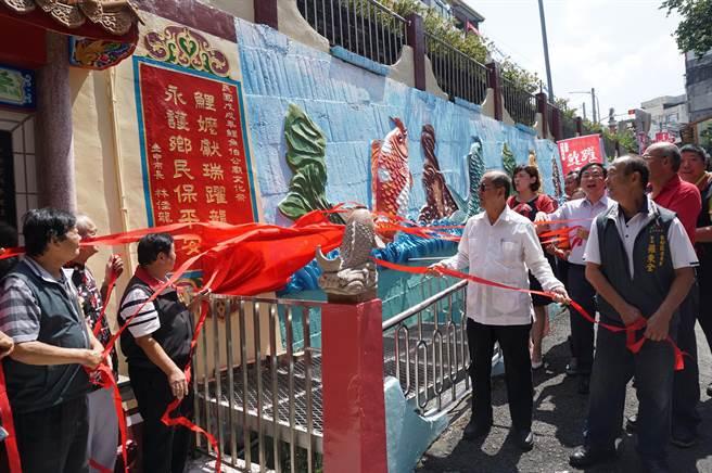 台中市副市長林陵三等與會貴賓,為鯉魚噴水及地景藝術創作揭幕。(王文吉攝)