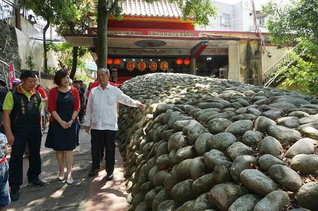 台中市副市長林陵三(右)、東勢區長徐佩鈴(中)等走訪永安宮後方卵石堆砌而成的石崁。(王文吉攝)