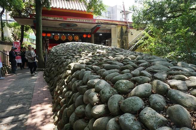 當地居民在「石鯉魚」頭部位置安置土地福德神位,供奉「伯公」,百年來守護當地居民。(王文吉攝)