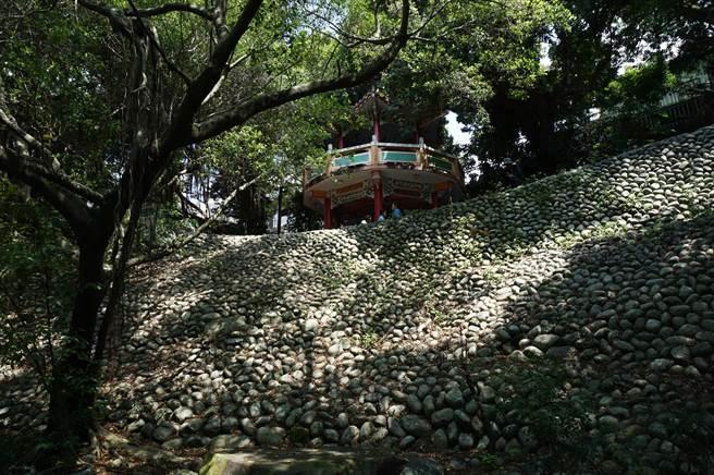 「石鯉魚」堤防視覺上相當壯觀,可望列入歷史建物保存。(王文吉攝)