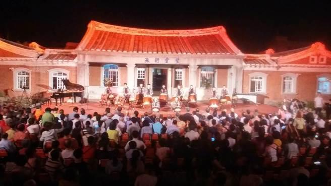 台南後壁黃家古厝音樂會邁入第21年,包括副總統陳建仁、行政院長賴清德都到場參加,今年依舊吸引逾千民眾到場,曲目也更國際化,還邀請日本女高音現場獻聲。(莊曜聰攝)