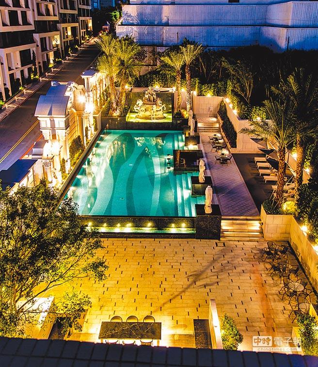 「甲山林天墅」在22至24日,推出預約可享池畔月光BBQ活動。(甲山林提供)