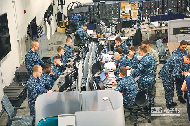 2017年4月演習期間,美國海軍官兵在聯合網路培訓中心一起工作。(取自U.S.Cyber Command網站)