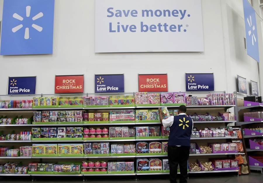 沃爾瑪超市員工正在整理貨架。(圖/美聯社)