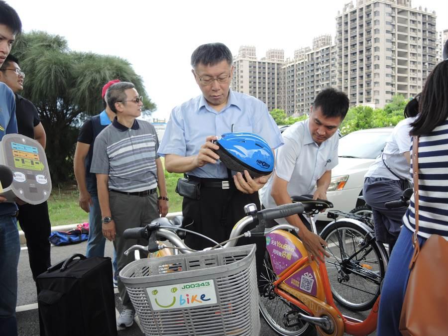 台北市長柯文哲(前)22日上午到新竹縣替縣長參選人徐欣瑩站台,針對陸對台實施居住證一事,重申自己的綠卡說。(邱立雅攝)