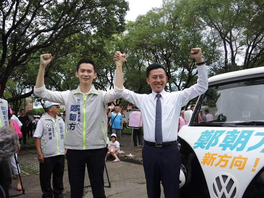 民進黨籍新竹縣長參選人鄭朝方(左)被視為下一個林智堅,但柯文哲說他們倆不一樣。(邱立雅攝)