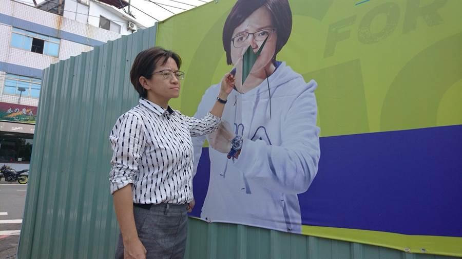 台中市議員張雅旻尋求連任,懸掛在潭子區的競選看板遭不明人士割破「毀容」。(王文吉攝)