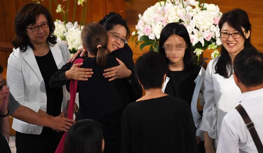 黨產會委員楊偉中的追思紀念會22日舉行,會後遺孀陳以真(左三)與友人擁抱,左一為陳以真母親盧麗珣,右二為楊偉中二姐楊偉珊。(季志翔攝)