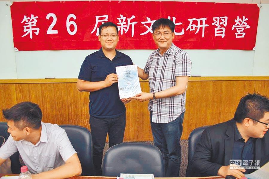 新文化基金會執行長劉家愷(左)。(摘自新文化基金會網站)
