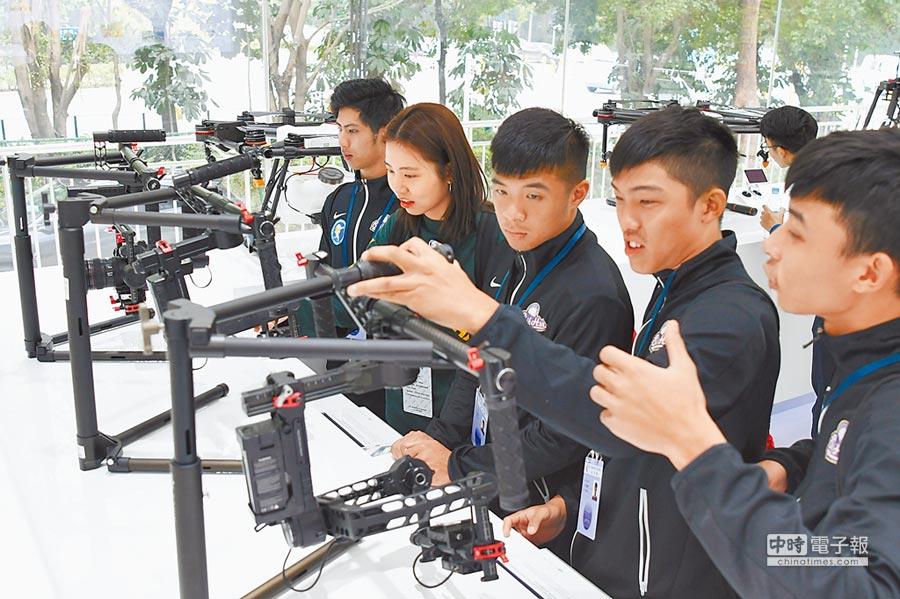 台生在深圳觀看無人機室內飛行表演,並產生興趣。(中新社)
