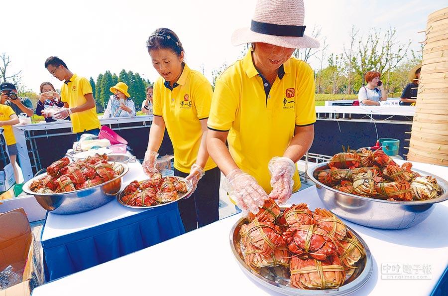 9月19日,遊客展示剛捕撈的陽澄湖大閘蟹。(新華社)