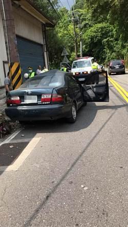 小客車逆向撞電線桿 駕駛受困車內順利救出
