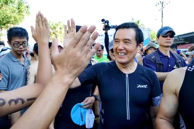 前總統馬英九今天赴宜蘭參加鐵人賽,不少選手、民眾看到他,都趨前與馬英九擊掌。(李忠一攝)