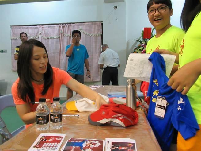 總統盃舉重賽在台南新營登場,主辦單位請來亞運金牌國手郭婞淳舉辦簽名會。(莊曜聰攝)