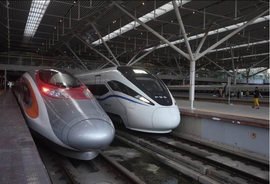 「動感號」首班列車G5736(左)於23日早上7點,從香港西九龍站正式發車,前往深圳北站。右為和諧號列車。(圖/新華社)