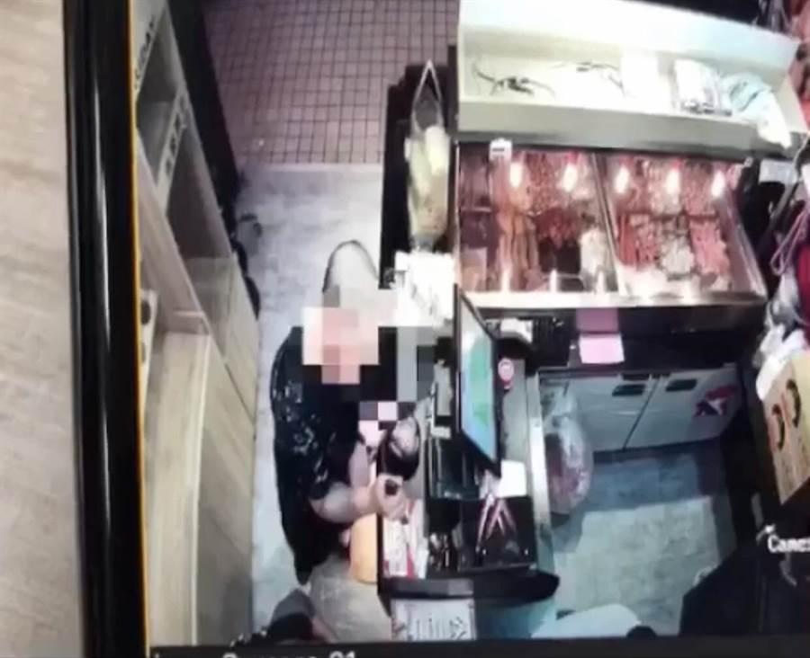 陳男23日晚間拿著藍波刀到新豐街1間滷味店,將刀子插在櫃檯上,恐嚇店員交出1萬元保護費。(張穎齊翻攝)