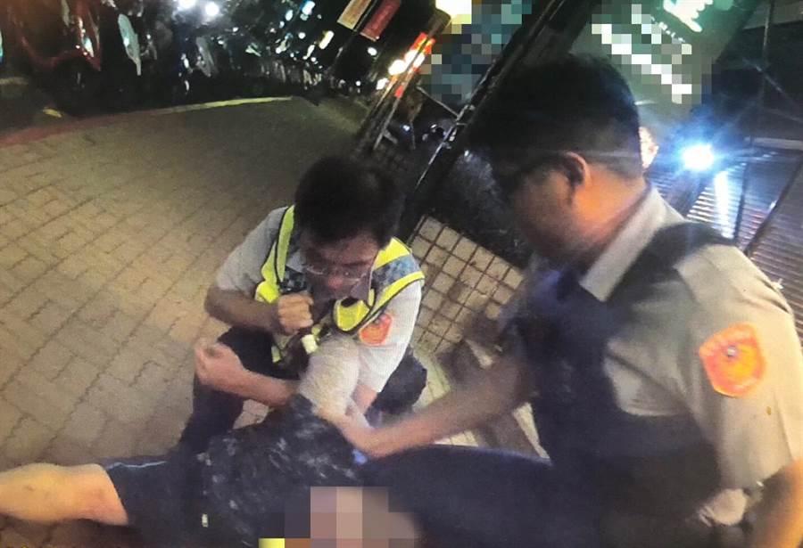 陳男拿著藍波刀恐嚇店員交保護費,遭到警方上前壓制,過程中,巡佐王和瑚的手指遭到刀畫傷。(張穎齊翻攝)