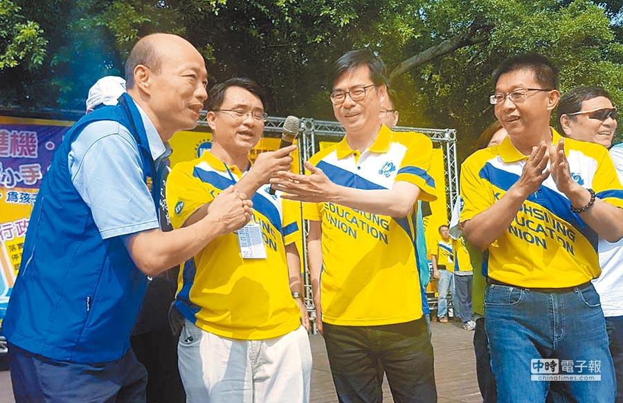 民進黨陳其邁(右二)、國民黨韓國瑜(左一)為了爭取教師選票,22日同台同框。(劉宥廷攝)