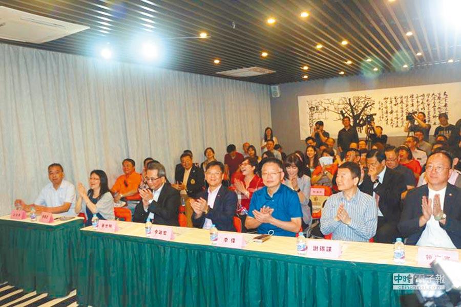 暑假期間,來自台灣的數名大學生到湖南衛視實習交流,兩名女大生向指導老師請教採訪技巧。(新華社資料照片)