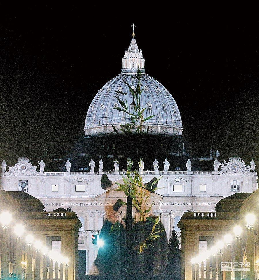 陸梵建交大趨勢逐漸清晰。圖為投映在梵蒂岡聖彼得大教堂上的貓熊影像。(新華社)