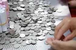 扛「1噸硬幣」買200萬BMW 行員清點10小時超想哭