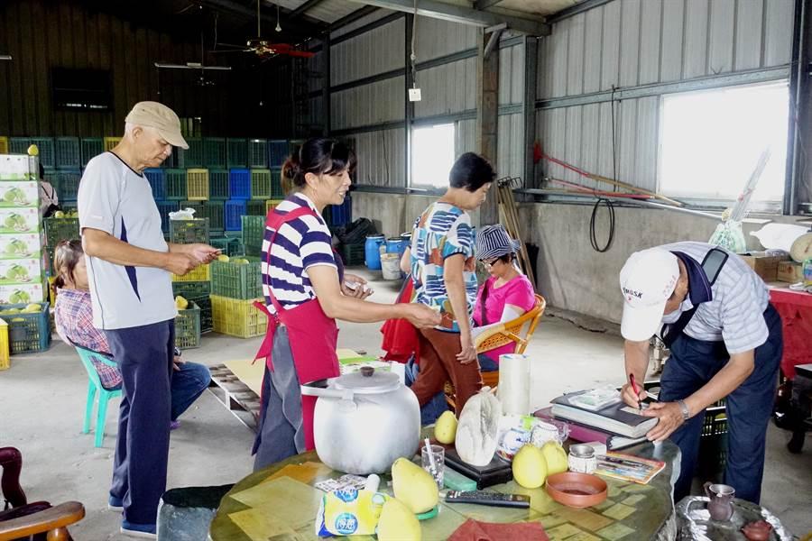 嘉義高中的退休老師與家人專程來採買兩趟。(周麗蘭攝)