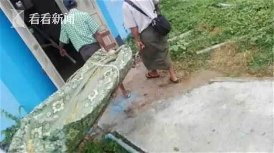 緬甸女子掉糞坑,4人下坑找尋全死。(圖取自上海《看看新聞》)