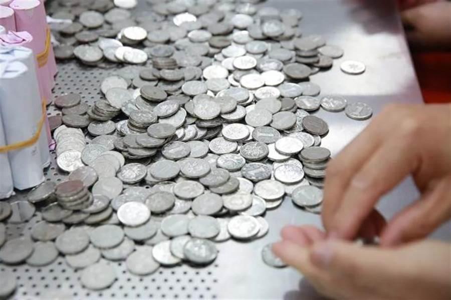 扛「1噸硬幣」買200萬BMW 行員清點10小時超想哭(圖翻攝自/貴州都市報)