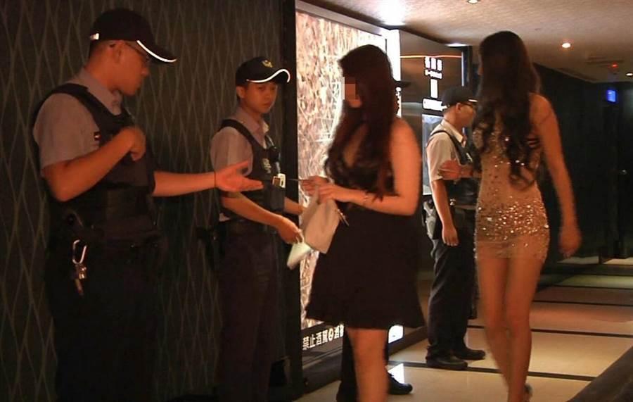 大咖酒客竟積欠酒店簽單500萬不還,遭提告詐欺。圖為警方臨檢酒店,非新聞當事酒店。(胡欣男翻攝)