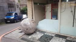 巨石彈珠檯!2噸大理石球滾百公尺 連環撞車輛店家