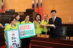 民進黨市議員送雞排  預祝林佳龍高票連任