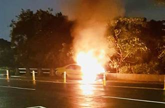 引擎冒煙誤以為煞車過熱  仰德大道火燒計程車