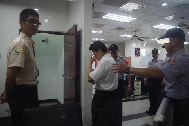 傅崐萁步入地檢署完成報到手續,發監花蓮監獄服刑。(許家寧攝)