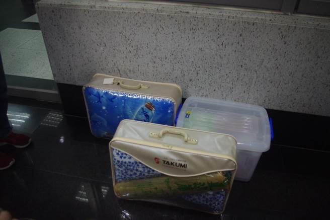 傅崑萁入監服刑,行李有棉被、衣物、涼蓆及書籍等生活物品。(許家寧攝)