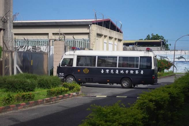 傅崐萁搭乘警備車至花蓮監獄收監服刑。(許家寧攝)