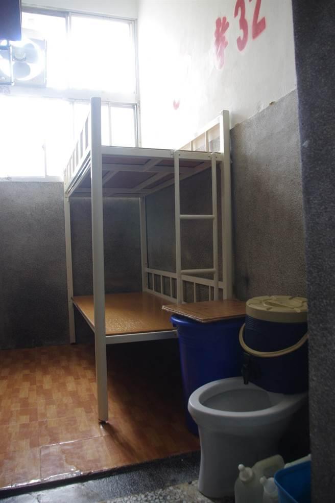 傅崐萁關進約2坪大的兩人牢房,獄方強調有床不用打地舖,圖為孝舍牢房。(許家寧攝)