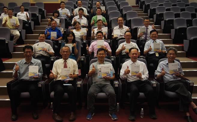 慶山建設贈圳水漫漫給豐原石岡17所國中小學教職員。(陳淑娥翻攝)