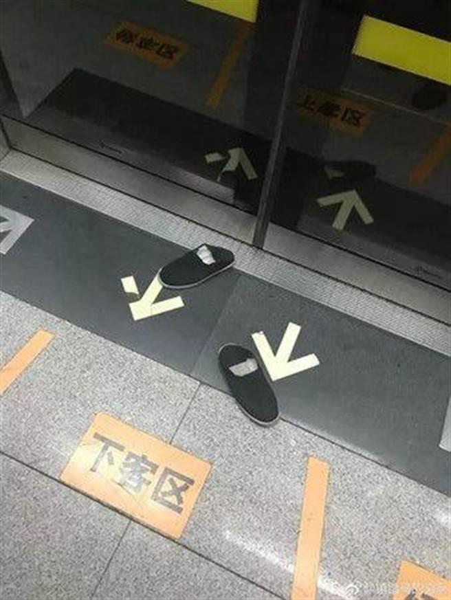 網友看不下去,讓霸座哥的鞋子「提前下車」。(圖/翻攝自每日新報)