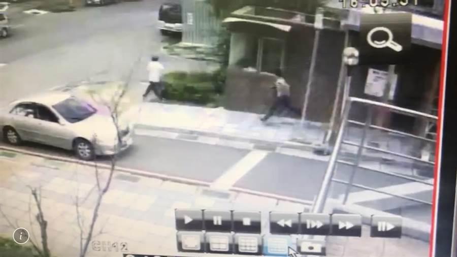郭男(右)砍完黃姓社區總幹事後,原本還想追砍警衛(左),但後來就上車落荒而逃。(張穎齊翻攝)