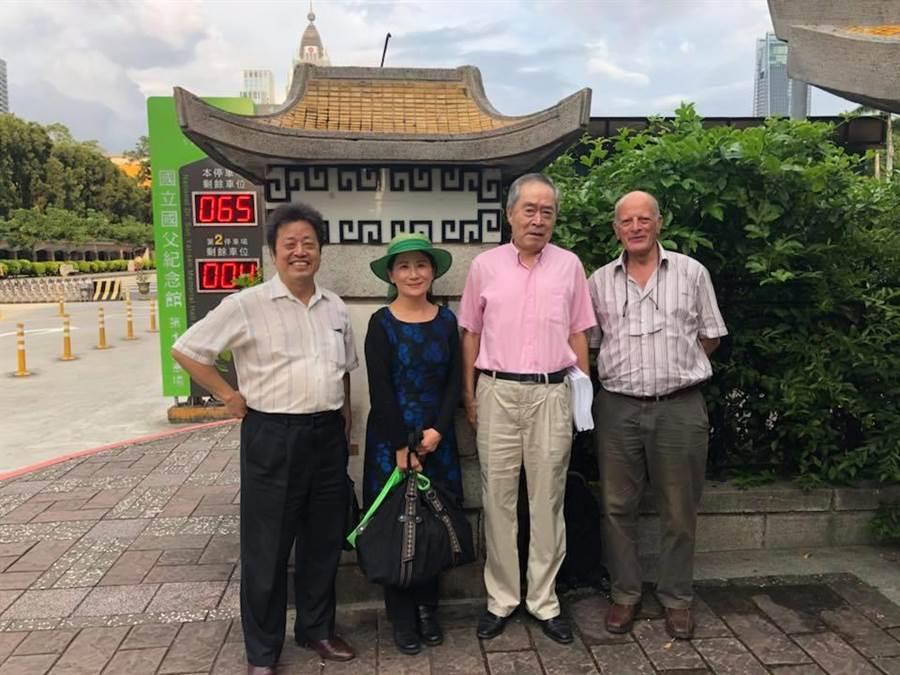 藍天行動聯盟主席武之璋(右2)與錢達(左1)在參加政治大學於9月20日的「鹿窟事件」演講後,與主講者施芳瓏博士(左2)在假日又進行歷史討論,雙方氣氛良好。(圖/武之璋提供)