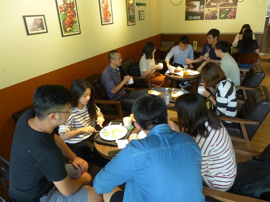 中興大學以百貨美食街為發想,改造新型態學生餐廳,吸引許多學生使用。(林欣儀攝)