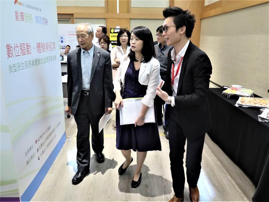 經濟部中小企業處副處長蘇文玲(中)與中小企業總會常務理事張豐國(左)出席微型民生服務活動。(經濟部中小企業處提供)