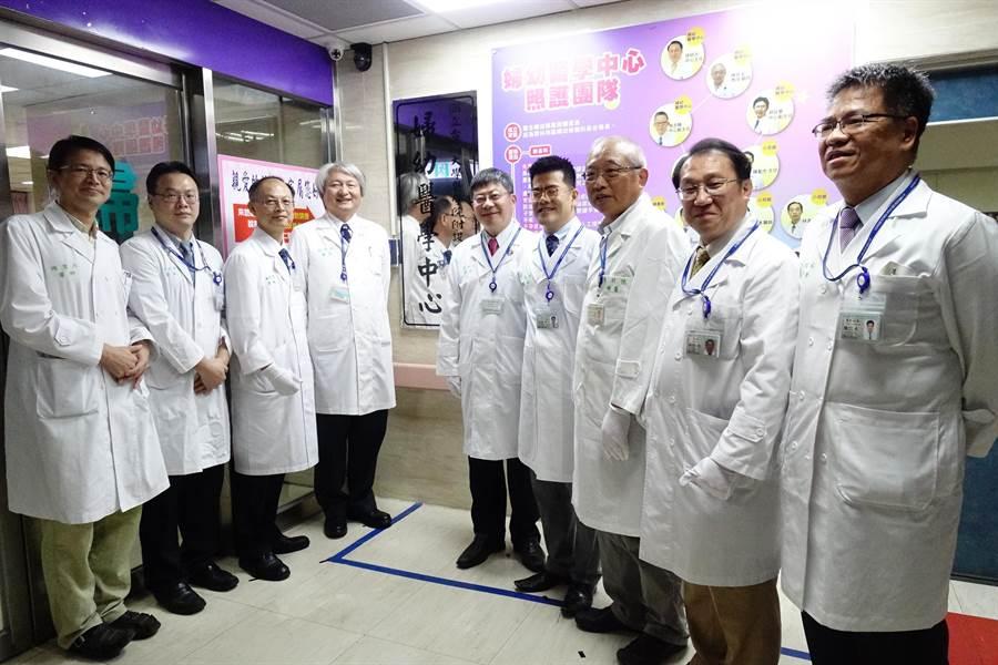 台大雲林分院生殖醫學中心25日正式揭牌啟用,六月已有一名試管嬰兒成功,右五是院長黃瑞仁、右三是國際婦癌專家陳祈安教授。(周麗蘭攝)