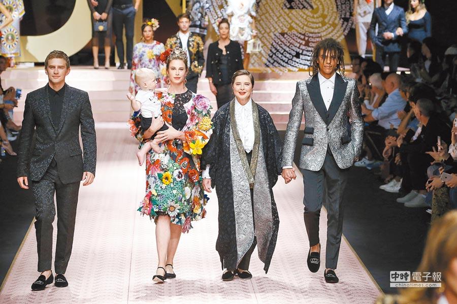 義大利傳奇女星伊莎貝拉羅賽里尼,帶著女兒、孫女一同為品牌走秀,呼應本季設計師傳達的「DNA」主題。(CFP)