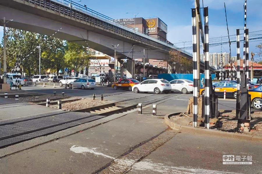 王嵬拍下的第40萬張火車照片,京張鐵路的鐵軌已被覆蓋一大半,變成了市區的普通道路。(取自澎湃新聞網)