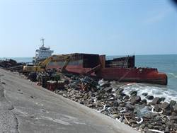 憂擱淺貨輪現地拆解汙染海域  台南灣裡數十居民抗議